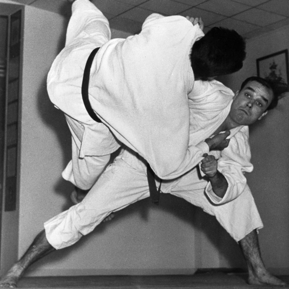 ves-klein-mentre-esegue-una-tecnica-di-judo-1955